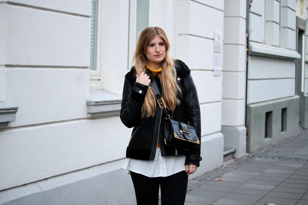 Rollkragenpullover kombinieren Layering Bluse Prada Tasche Modeblog Bonn