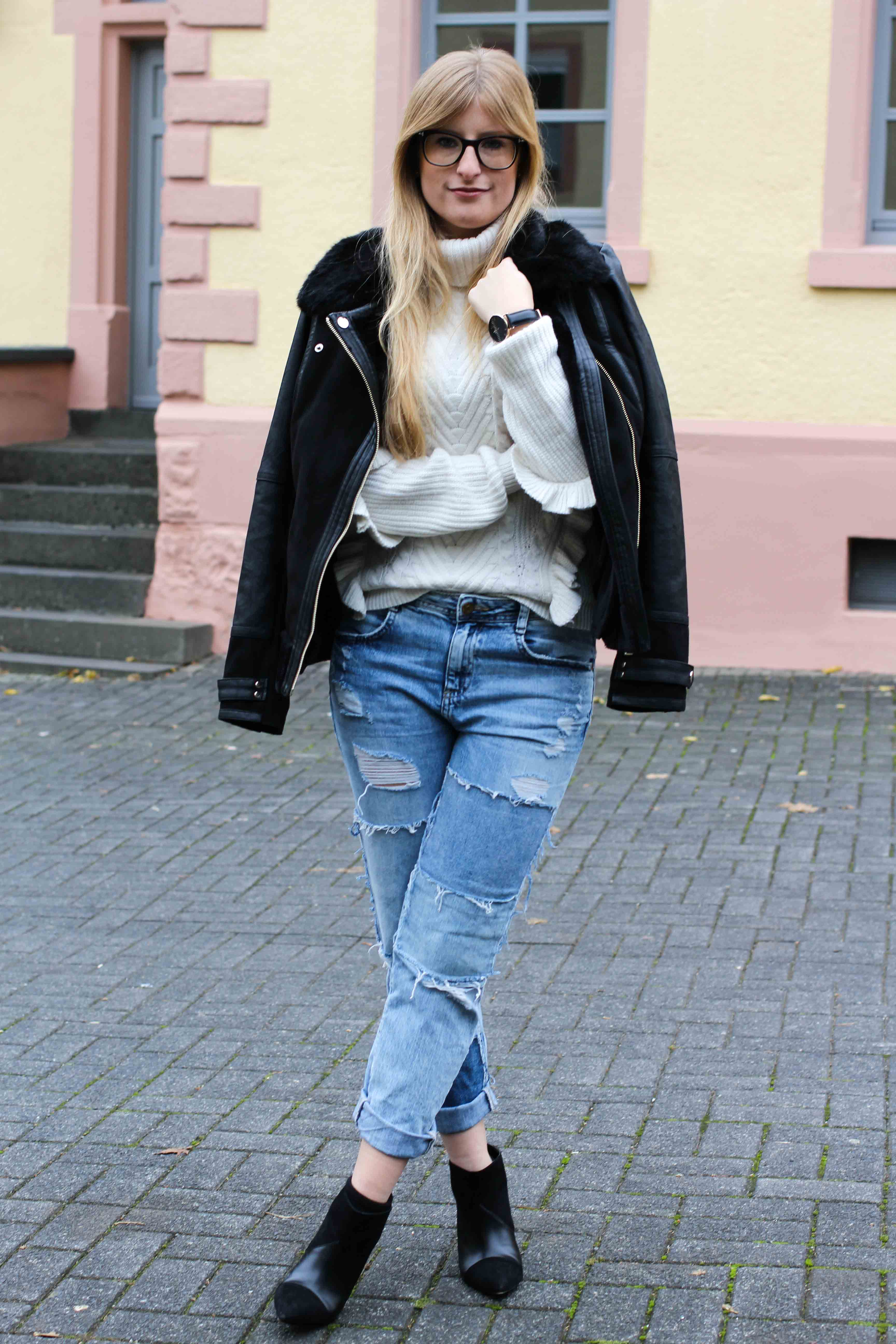 Streetstyle Rüschenpullover kombinieren Jeans Zara Stiefeletten schwarz OOTD Modeblog