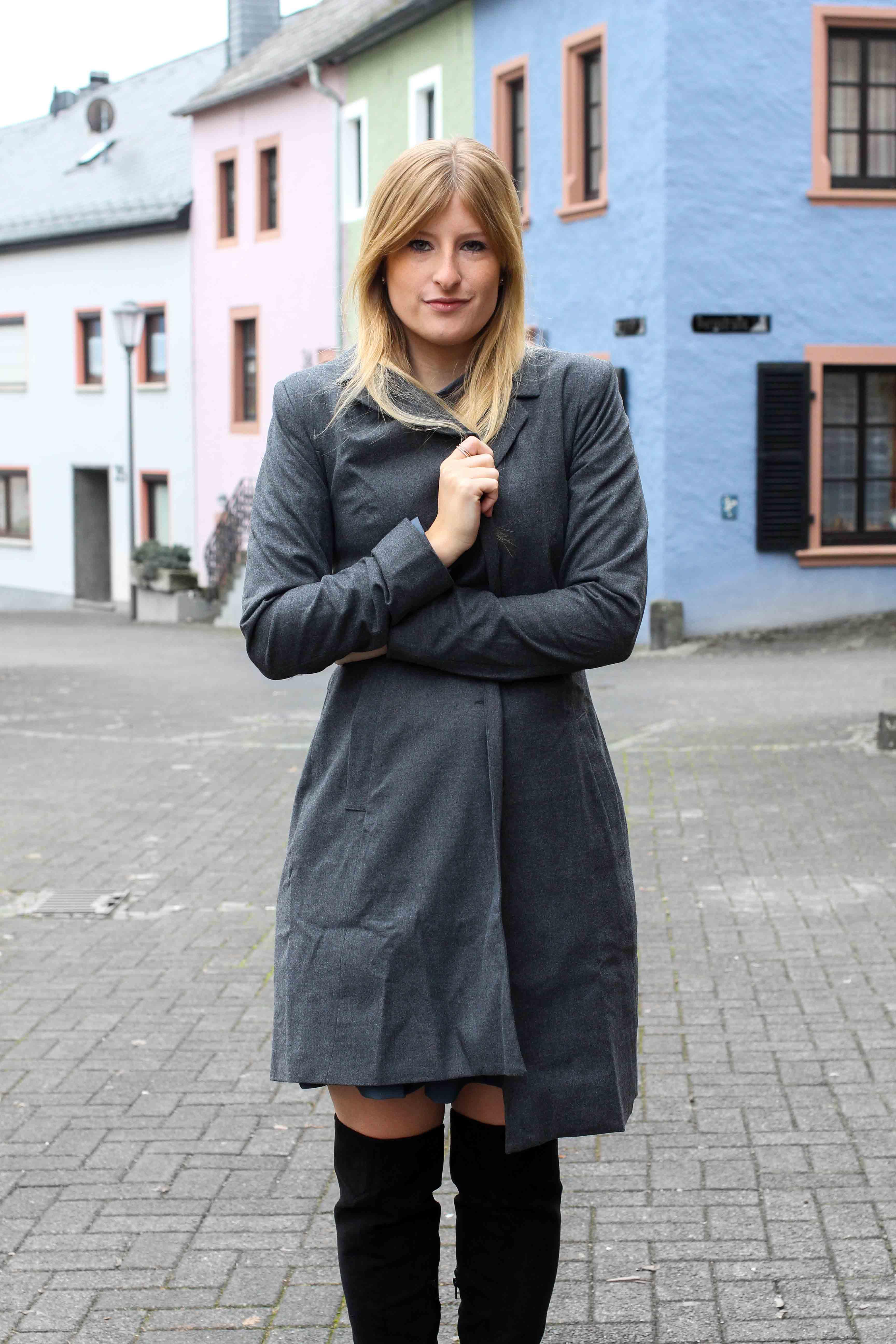 schwarze Overknees grauer Mantel Winter Outfit Modeblog BrinisFashionBook 8