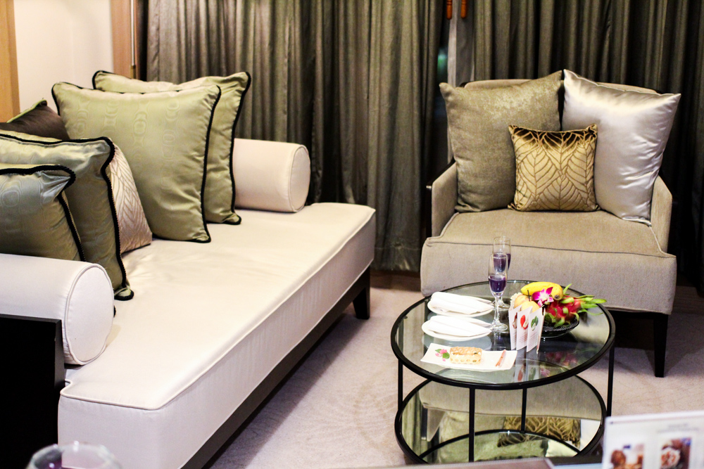 Banyan Tree Bangkok Hotel Hotelzimmer Serenity Club Couch Reiseblog