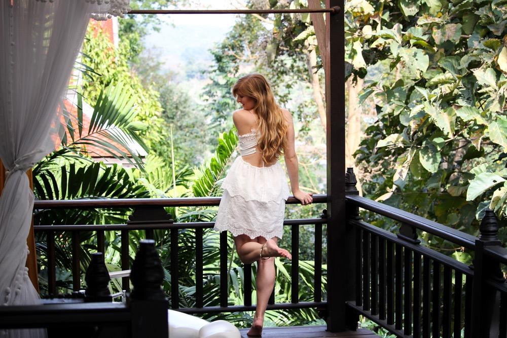 Sommeroutfit Thailand weißes Spitzenkleid perfektes Sommerkleid als Urlaubsoutfit Modeblog Chiang Mai