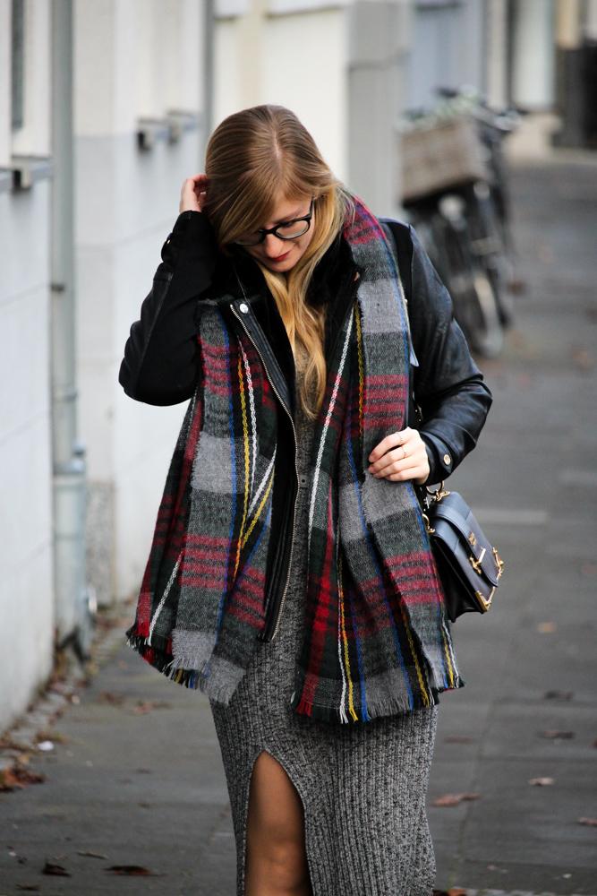 Weihnachtsoutfit langes Wollkleid Asos Karo-Schal Prada Tasche Modeblog Bonn 2