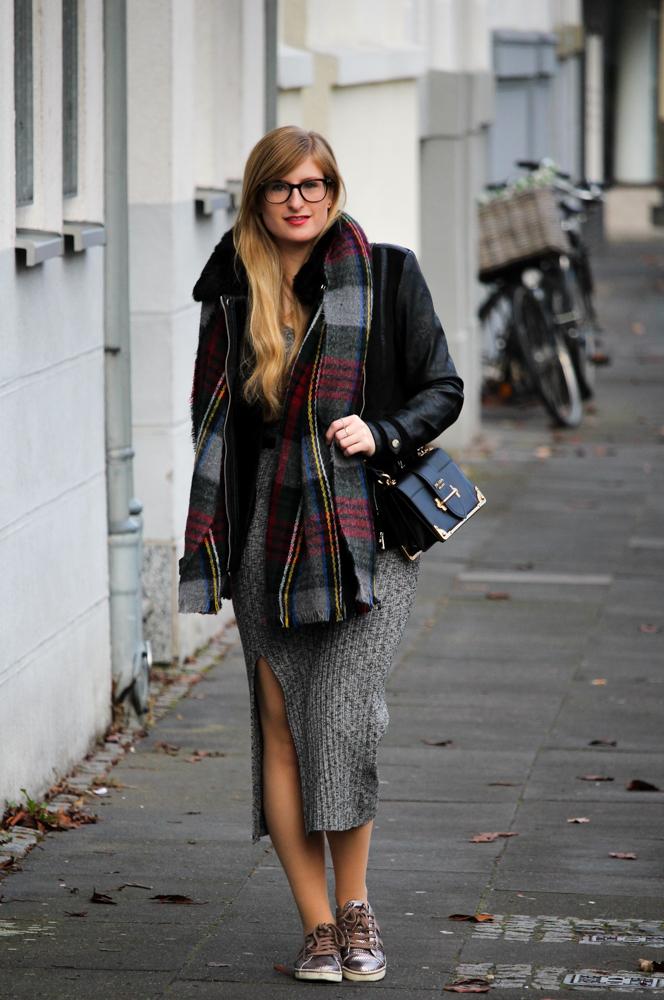 Weihnachtsoutfit langes Wollkleid Metallic Sneaker Karo-Schal Prada Tasche OOTD 1