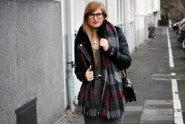 Weihnachtsoutfit langes Wollkleid Metallic Sneaker Karo-Schal Prada Tasche OOTD t