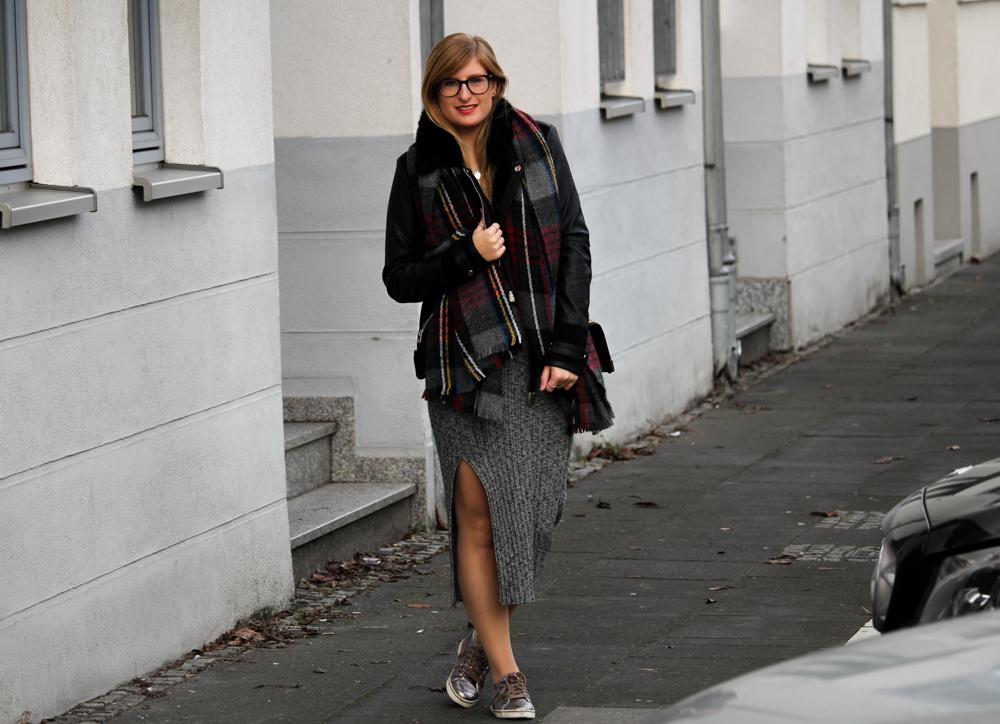 Weihnachtsoutfit langes Wollkleid Metallic Sneaker Karo-Schal kombiniernen OOTD 3