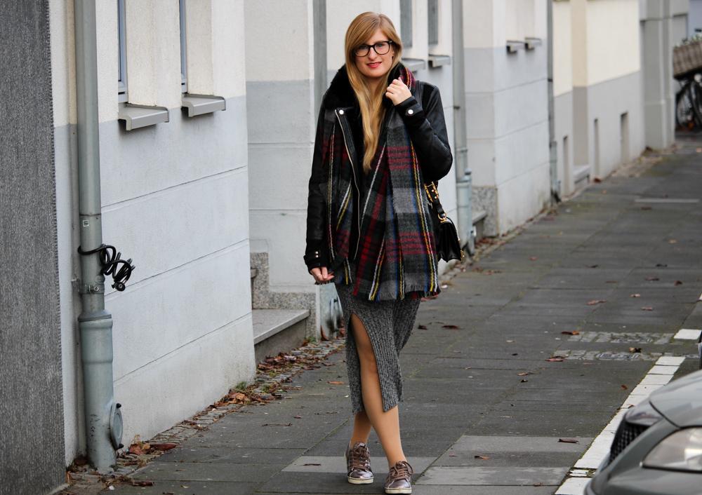 Weihnachtsoutfit langes Wollkleid Metallic Sneaker Karo-Schal kombiniernen OOTD
