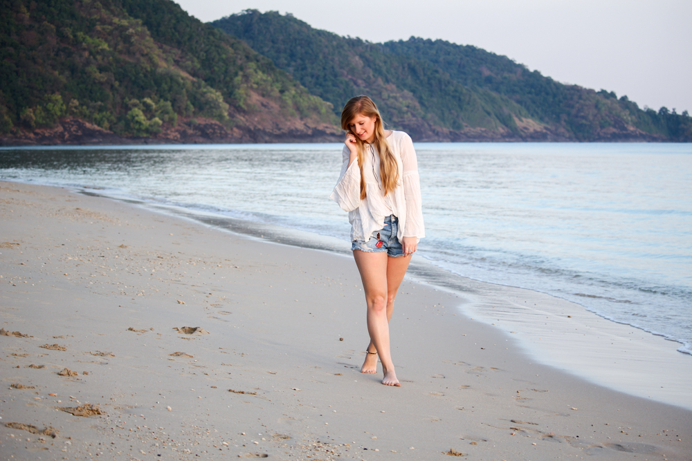 Thailand Strandlook Outfit Jeans Hotpants Patches Zara Tunika-Bluse weiß Koh Chang Klong Kloi Beach Modeblog
