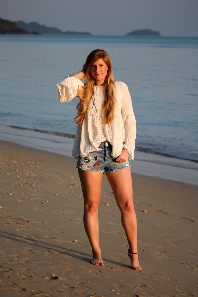 Thailand Strandlook Outfit Jeans Hotpants Patches Zara Tunika-Bluse weiß Koh Chang Klong Kloi Beach Modeblog