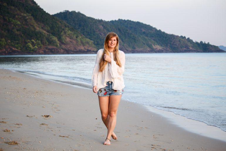 Thailand Strandlook Outfit Jeans Hotpants Patches Zara Tunika-Bluse weiß Koh Chang Klong Kloi Beach Modeblog t