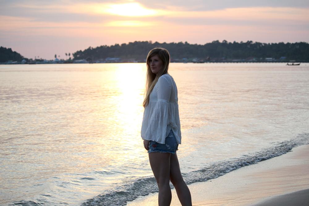 Thailand Strandlook Outfit Jeans Hotpants Patches Zara Tunika-Bluse weiß Koh Chang Klong Kloi Beach Sonnenuntergang