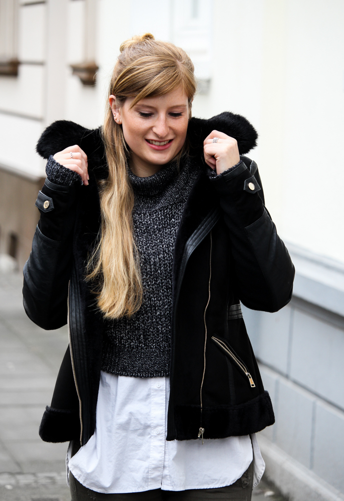 Casual Streetstyle Crop Top Pullover Layering Bluse schwarze lammfelljacke Fashion Blogger Köln Outfit
