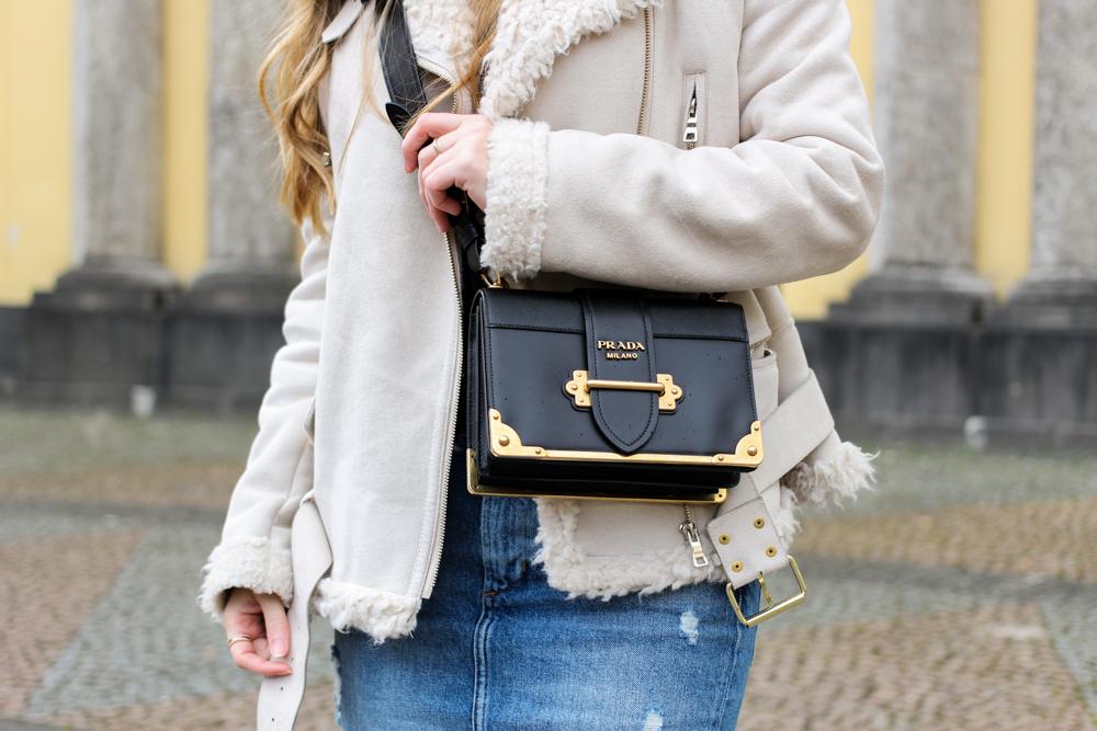 Designertasche Prada Cahier Bag Schwarz Gold Trendtasche Modeblogger Lammfelljacke Zara Outfit kombinieren 8