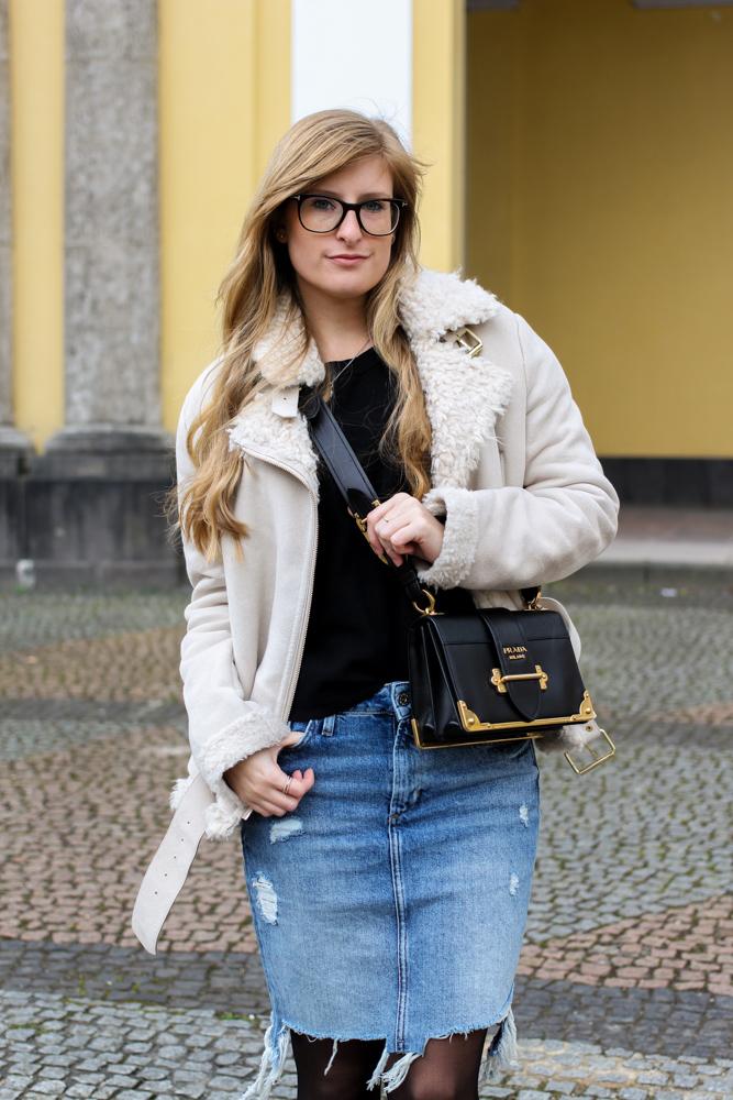 Frühlingstrend 2017 Mittellanger Jeansrock kombinieren Strumpfhose Lammfelljacke Zara 3