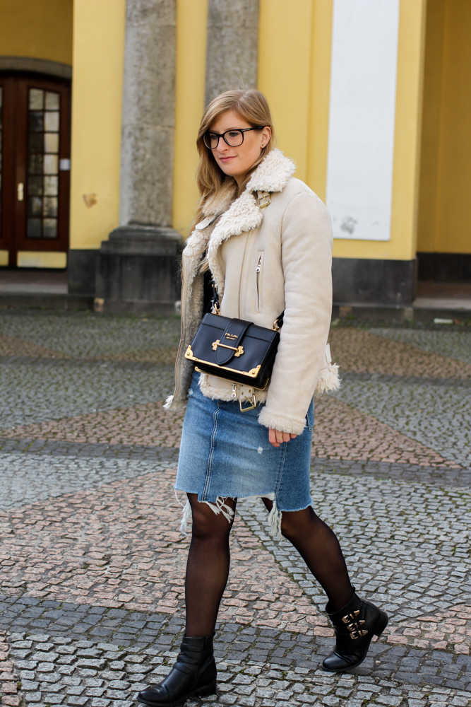 Frühlingstrend 2017 Mittellanger Jeansrock kombinieren Strumpfhose Lammfelljacke Zara 4