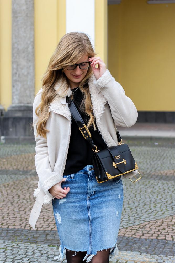 Frühlingstrend 2017 Mittellanger Jeansrock kombinieren Strumpfhose Lammfelljacke Zara 6