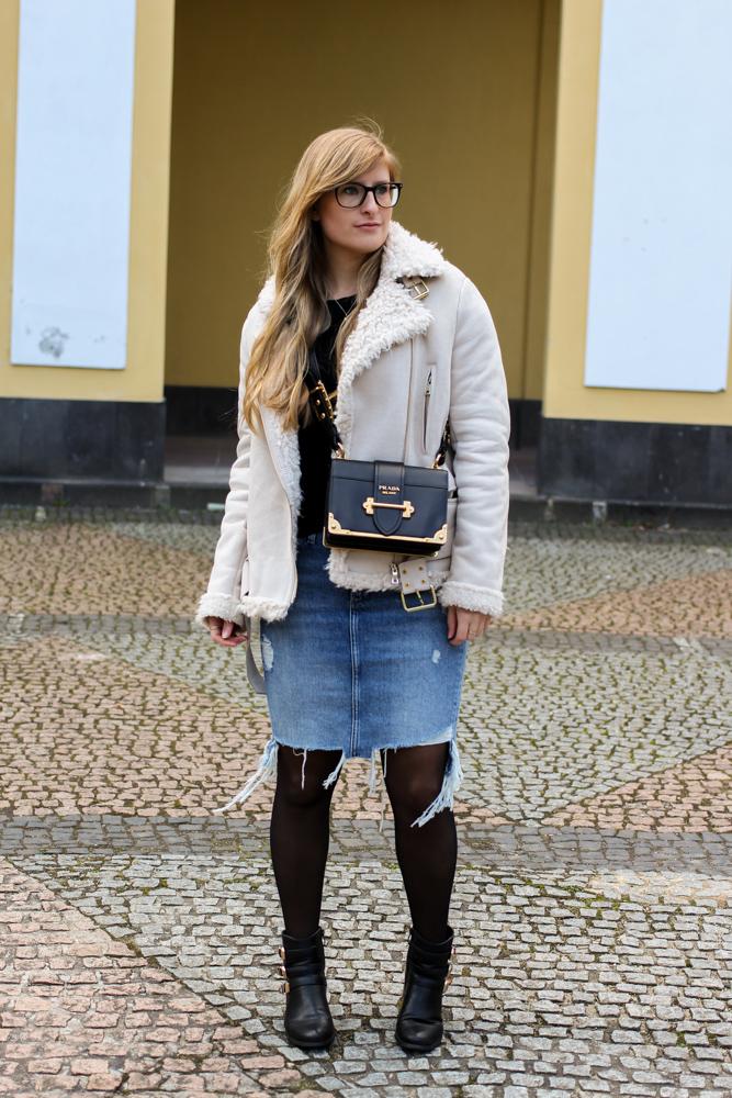 Frühlingstrend 2017 Mittellanger Jeansrock kombinieren Strumpfhose Lammfelljacke Zara 1