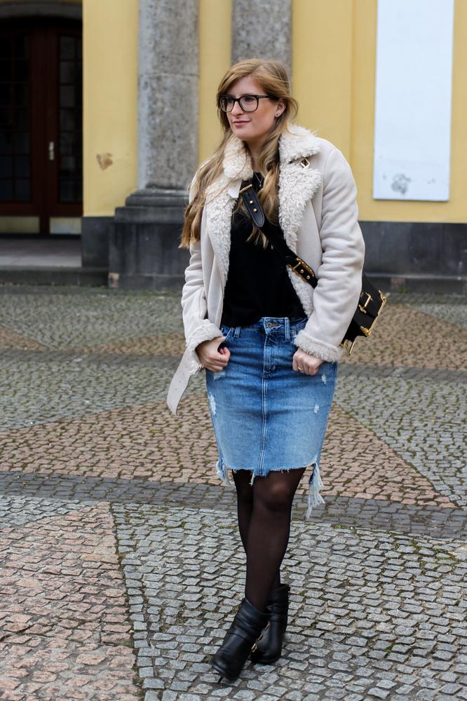 Frühlingstrend 2017 Mittellanger Jeansrock kombinieren Strumpfhose Lammfelljacke Zara 7