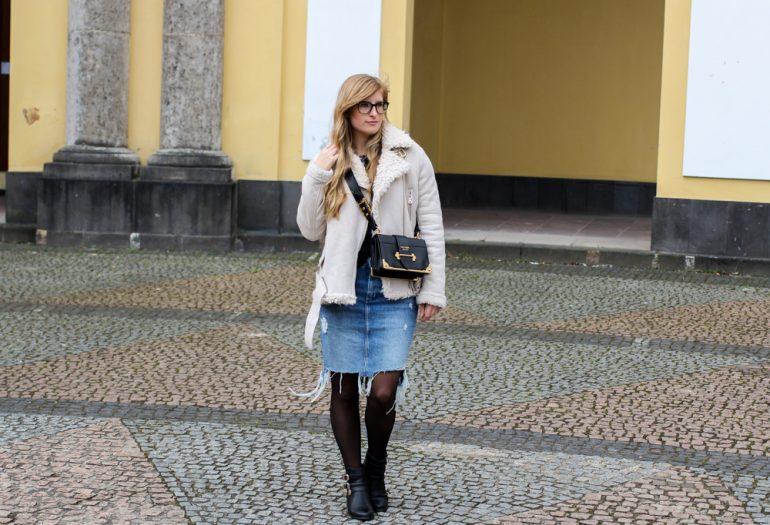 Frühlingstrend 2017 Mittellanger Jeansrock kombinieren Strumpfhose Lammfelljacke Zara