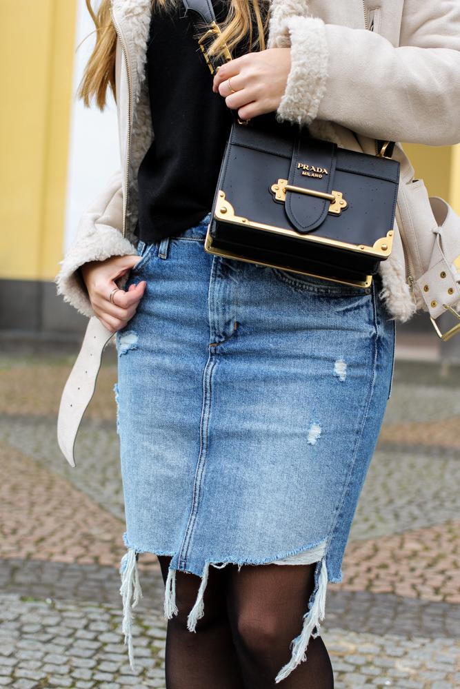 Frühlingstrend 2017 Mittellanger Jeansrock kombinieren Strumpfhose Prada Cahier Bag Designertasche 2