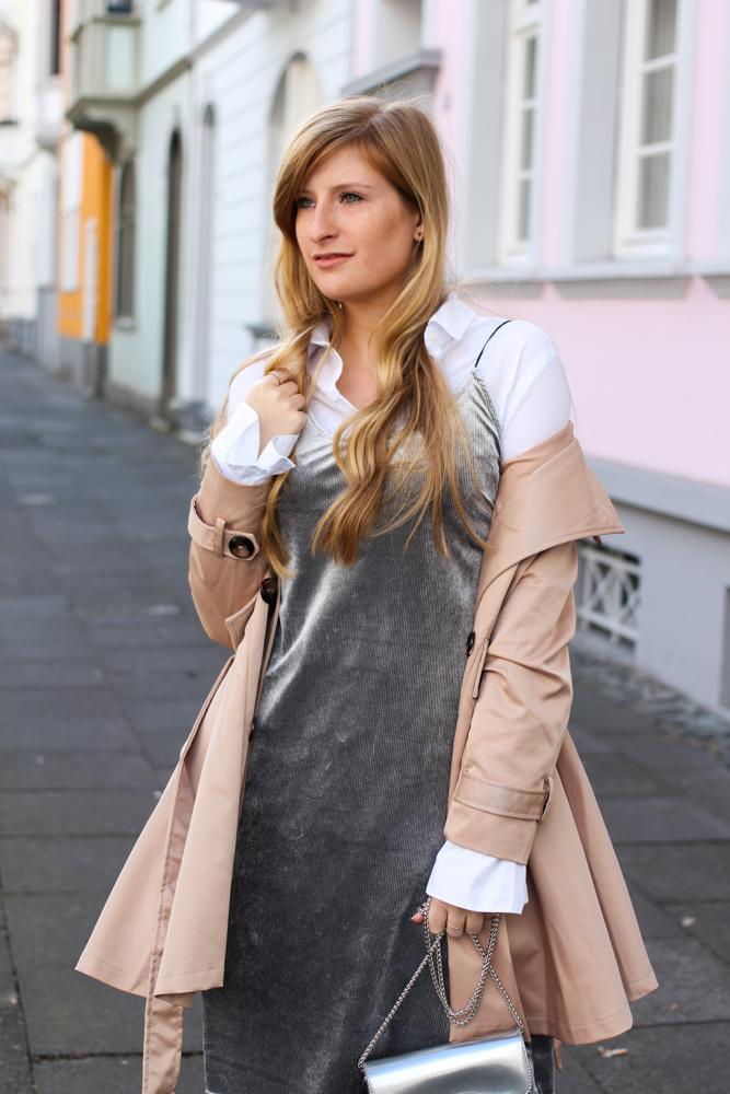 Slip Dress Samtkleid kombinieren Layering Bluse Trenchcoat Outfit Trend modeblog Bonn 2