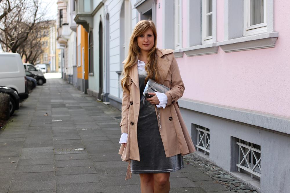 Slip Dress Samtkleid kombinieren Layering Bluse Trenchcoat Outfit Trend modeblog Bonn 5