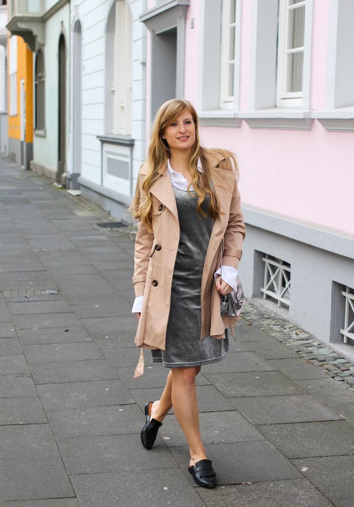Slip Dress Samtkleid kombinieren Layering Bluse Trenchcoat Outfit modeblog Bonn streetstyle 4