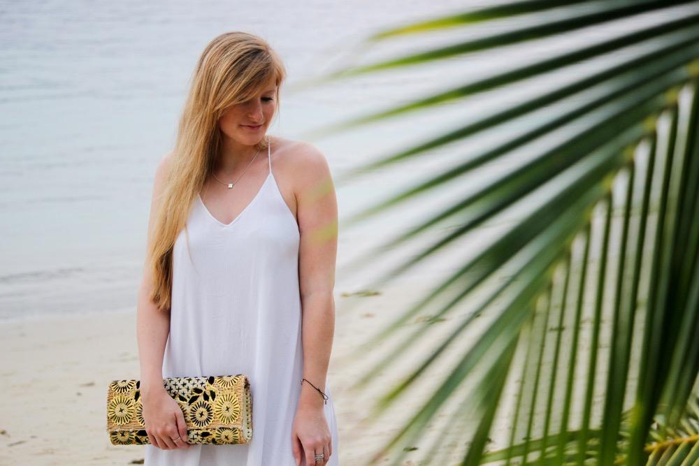 Weißes Strandkleid gemusterte Clutch Strandlook Koh Chang Modeblog