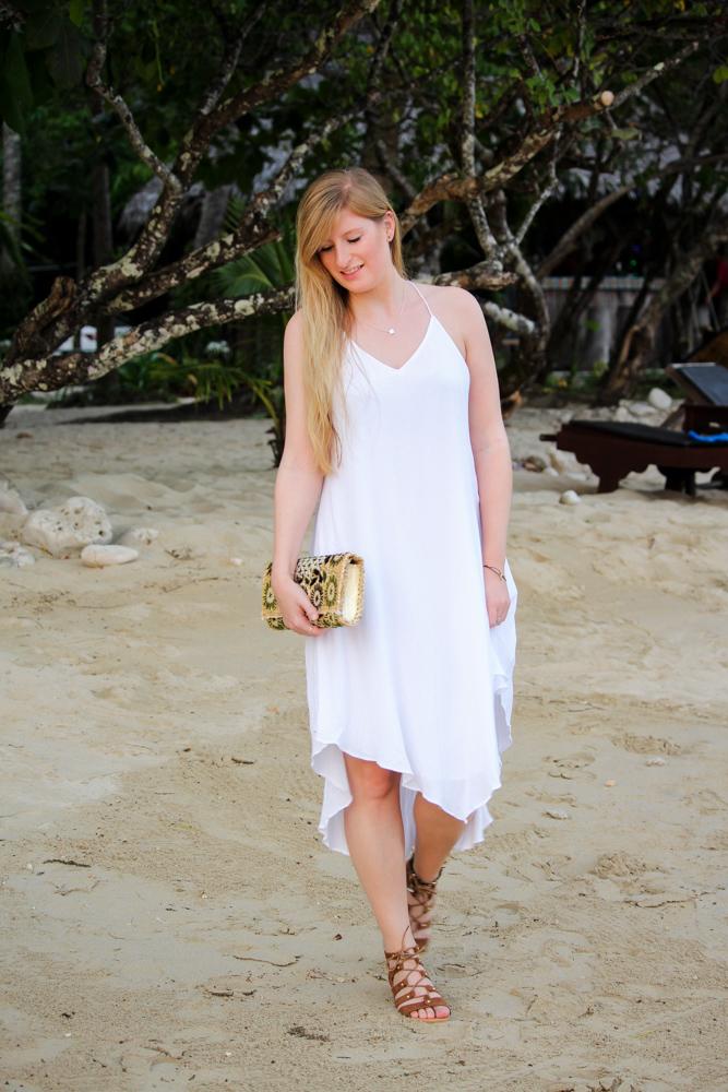 Weißes Strandkleid gemusterte Clutch Strandlook Koh Chang Modeblog Outfit Thailand 91