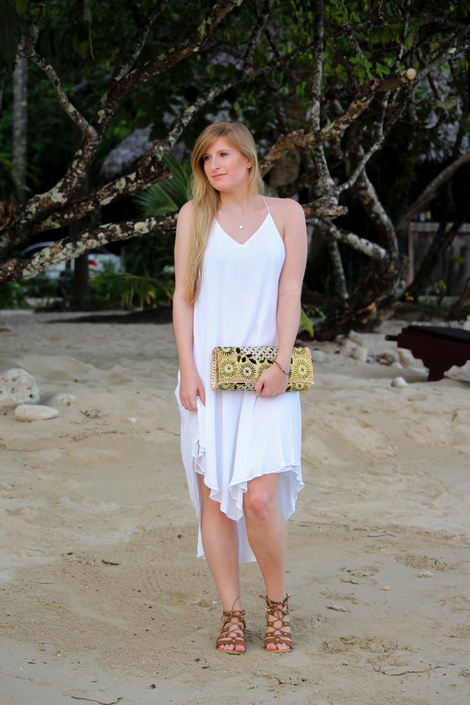 Weißes Strandkleid gemusterte Clutch Römersandalen Strandlook Koh Chang Modeblog