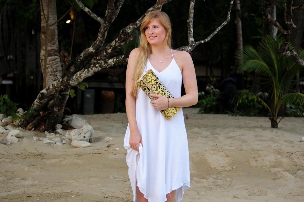 Weißes Strandkleid gemusterte Clutch Römersandalen Strandlook Koh Chang Modeblog t