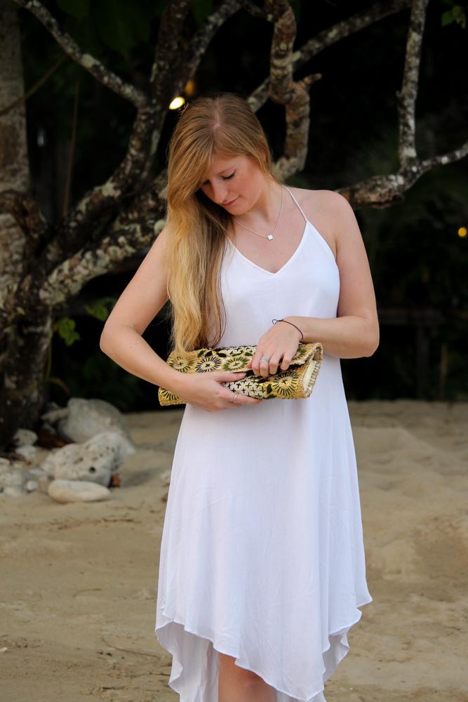 Weißes Strandkleid gemusterte Clutch Strandlook Koh Chang Modeblog Outfit Thailand