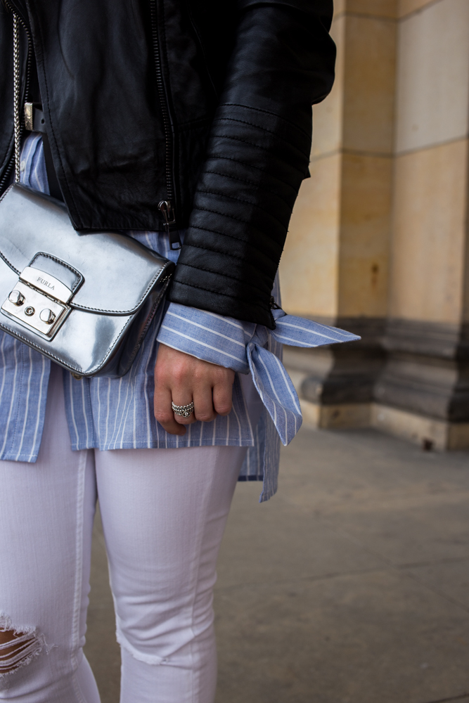 Streifen-Bluse Schleifen-Ärmel Edited weiße Sommerhose Lederjacke Furla Metropolis silber Streetstyle Berlin Fashionblog