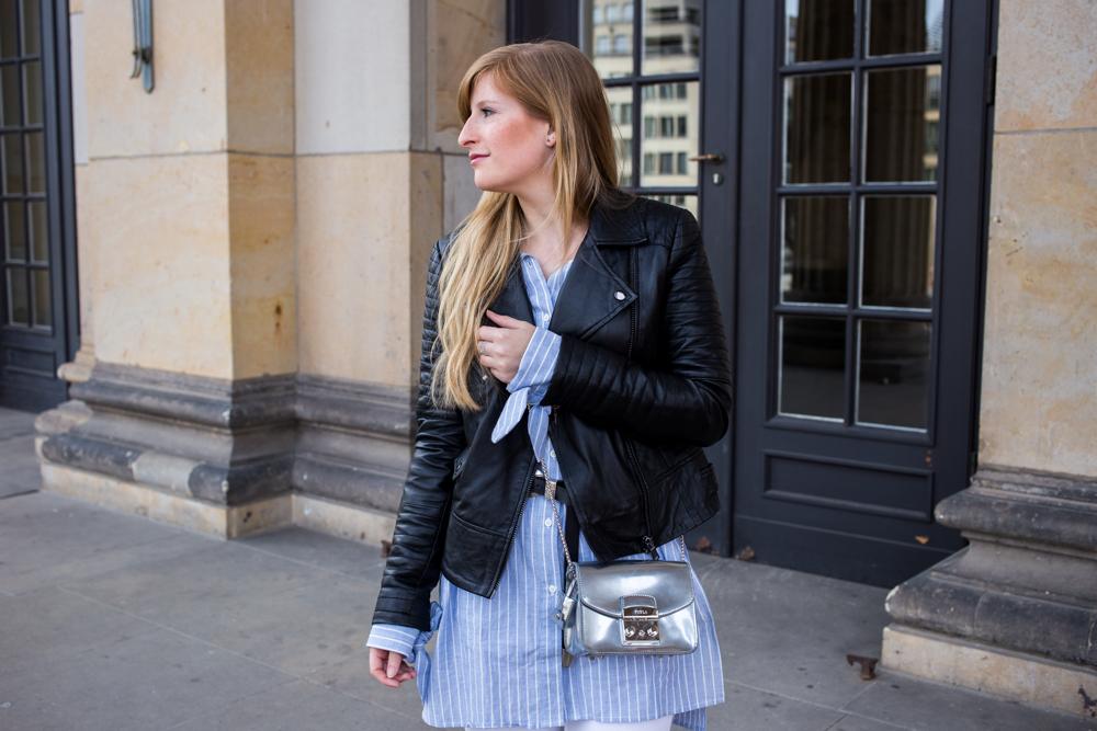Streifen-Bluse Schleifen-Ärmel Edited weiße Sommerhose Lederjacke Furla Tasche Outfit Streetstyle Berlin Fashionblog