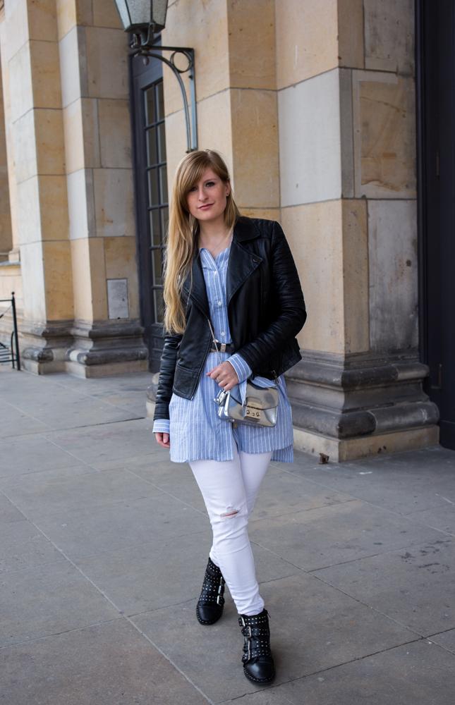 Streifen-Bluse Schleifen-Ärmel Edited weiße Sommerhose Lederjacke nieten Boots Outfit Streetstyle Berlin Fashionblog