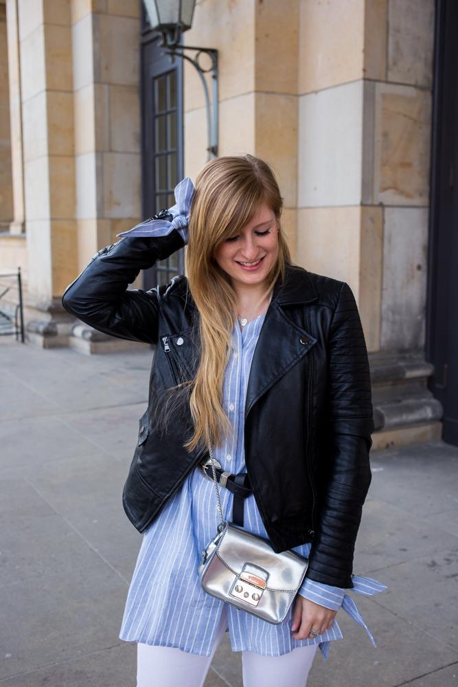Streifen-Bluse Schleifen-Ärmel Edited weiße Sommerhose Lederjacke Furla Metropolis silber Outfit Streetstyle Berlin Fashionblog