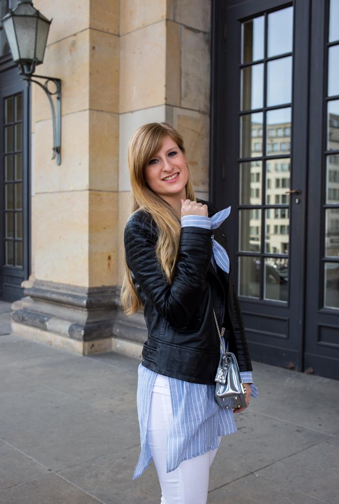 Streifen-Bluse Schleifen-Ärmel Edited weiße Sommerhose Lederjacke Outfit Streetstyle Berlin Fashionblog
