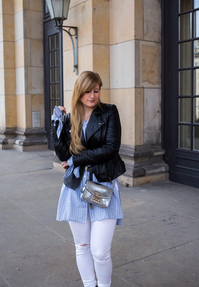 Streifen-Bluse Schleifen-Ärmel Edited weiße Sommerhose Lederjacke nieten Boots Outfit Streetstyle Berlin Fashionblog 4