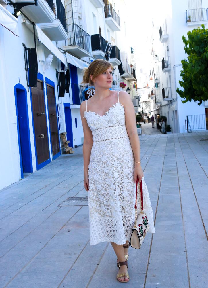 Ibiza Outfit Ibiza Style weißes Spitzenkleid Sandalen Emu Australia Fashion Blogger Streetstyle Ibiza Altstadt 1
