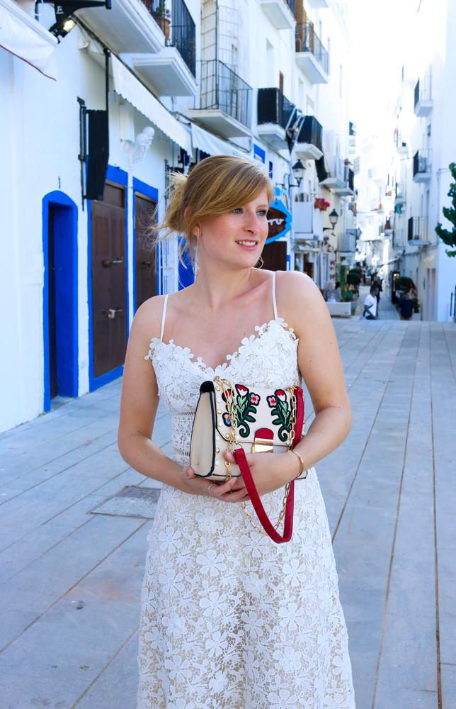 Ibiza Outfit Ibiza Style weißes Spitzenkleid Sandalen Emu Australia Fashion Blogger Streetstyle Ibiza Altstadt 2