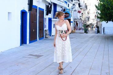 Ibiza Outfit Ibiza Style weißes Spitzenkleid Sandalen Emu Australia Fashion Blogger Streetstyle Ibiza Altstadt