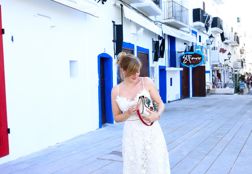 Ibiza Outfit Ibiza Style weißes Spitzenkleid Sandalen Emu Australia Fashion Blogger Streetstyle Ibiza Altstadt 5