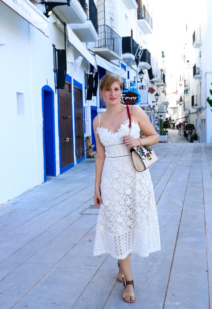Ibiza Outfit Ibiza Style weißes Spitzenkleid Sandalen Emu Australia Fashion Blogger Streetstyle Ibiza Altstadt 4
