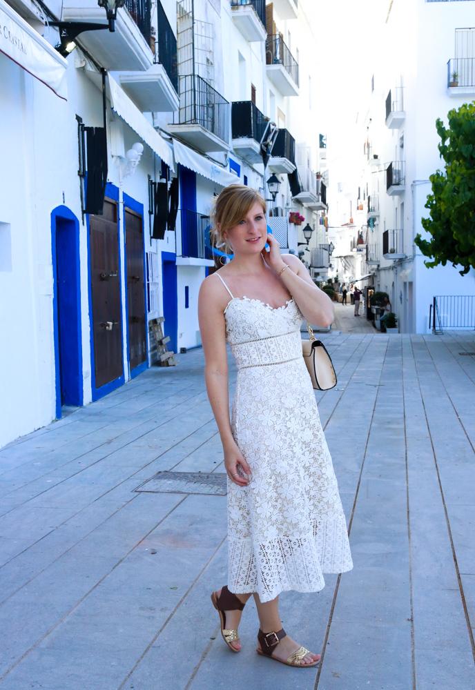 Ibiza Outfit Ibiza Style weißes Spitzenkleid Sandalen Emu Australia Fashion Blogger Streetstyle Ibiza Altstadt 7