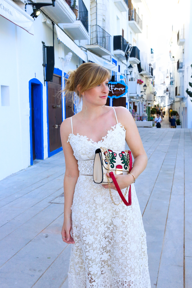 Ibiza Outfit Ibiza Style weißes Spitzenkleid Sandalen Emu Australia Fashion Blogger Streetstyle Ibiza Altstadt 8