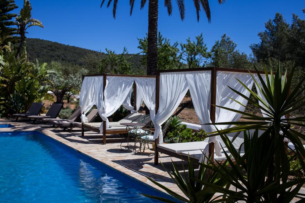 Ibiza Villa Typico San Miguel Traumvilla OneVillasIbiza Pool Poolliegen Travelblog Fotolocation