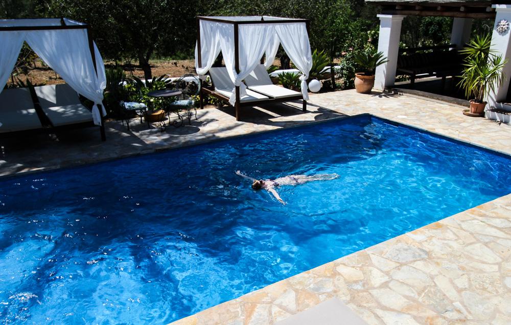 Ibiza Villa Typico San Miguel Traumvilla OneVillasIbiza Pool Poolliegen Travelblog Schatten Palme