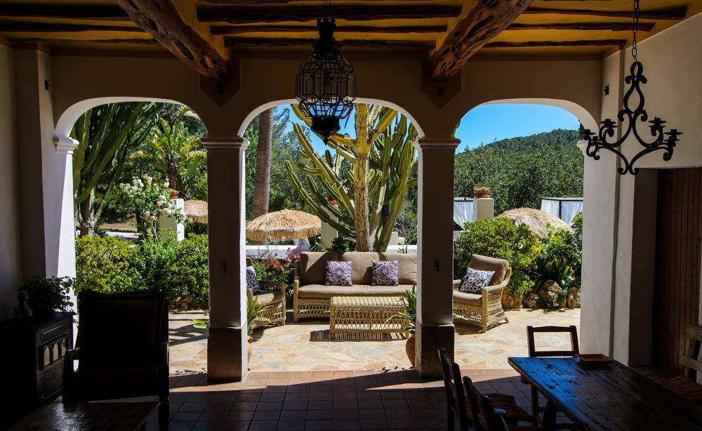 Ibiza Villa Typico San Miguel Traumvilla OneVillasIbiza Schlafzimmer Aussicht Travelblog Ibiza Finca