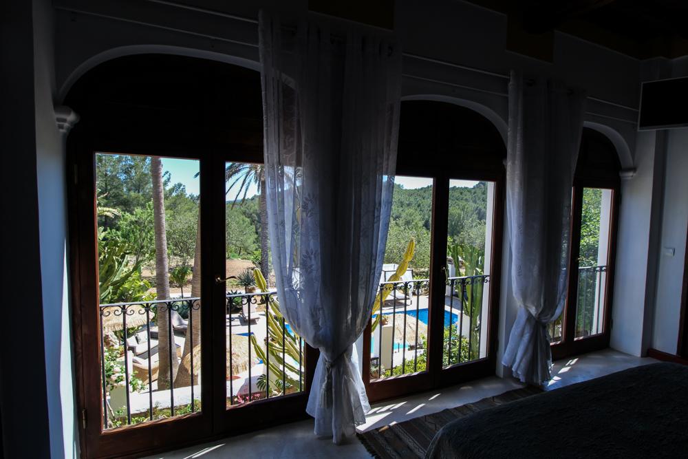 Ibiza Villa Typico San Miguel Traumvilla OneVillasIbiza Schlafzimmer Aussicht Travelblog Ibiza Stil