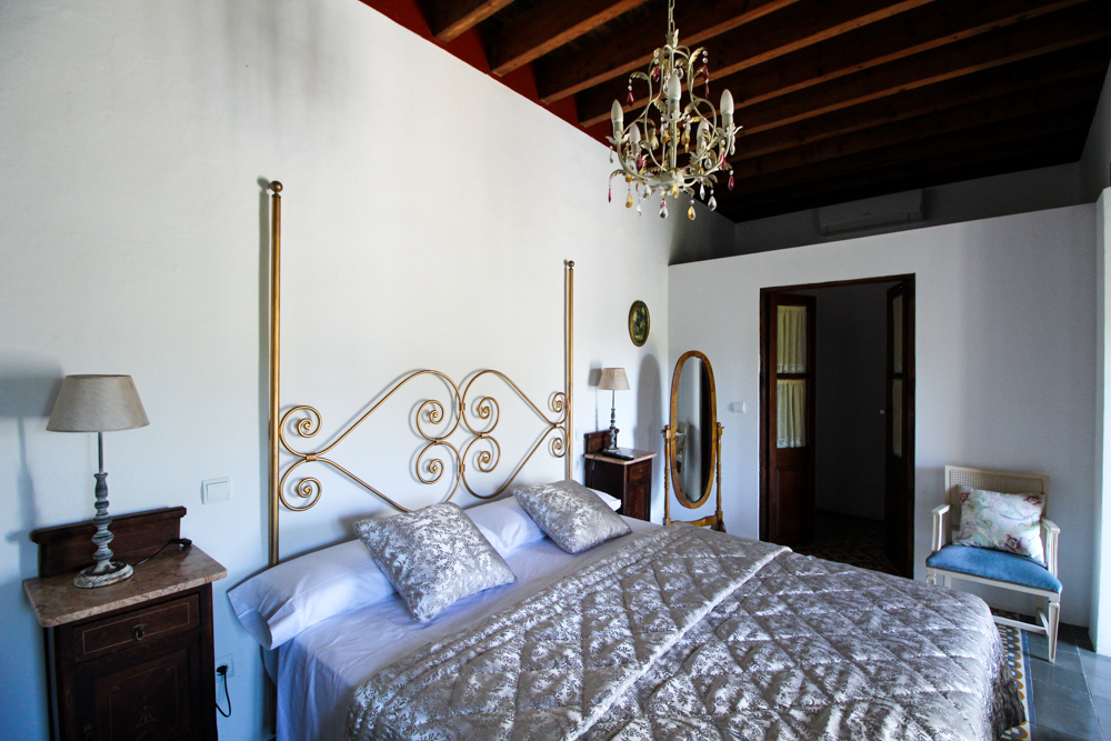 Ibiza Villa Typico San Miguel Traumvilla OneVillasIbiza Schlafzimmer Doppelbett Travelblog Ibiza Stil Interior 1