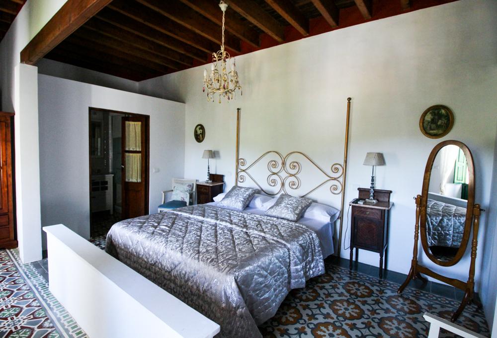 Ibiza Villa Typico San Miguel Traumvilla OneVillasIbiza Schlafzimmer Doppelbett Travelblog Ibiza Stil Interior